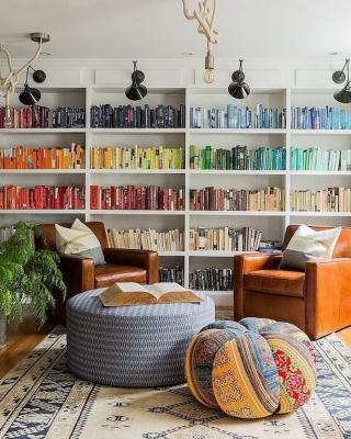 Un modo per disporre i libri può essere quello di creare un arcobaleno