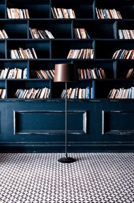 I libri possono essere disposti in piedi, impilati in orizzontale o inclinati