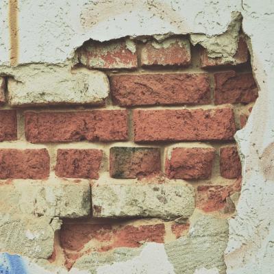 Verifica tessitura muratura mediante saggio invasivo con spicconatura intonaco