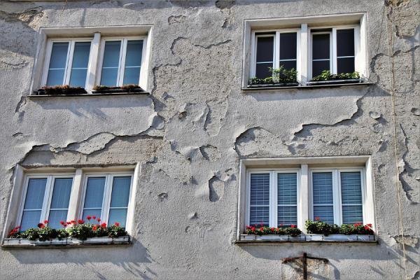 Verifica integrità delle facciate edifici: distacco intonaco facciata