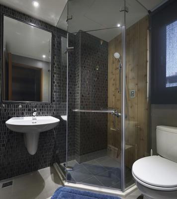 Box doccia artigianale realizzato su spazio piastrellato