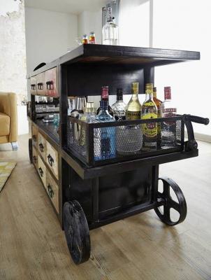 Vista laterale del mobile bar stile industriale