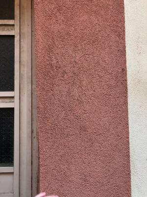 Dettaglio pasta colorata su facciata storica