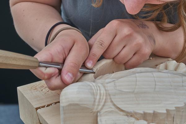 Artigiano intagliatore al lavoro