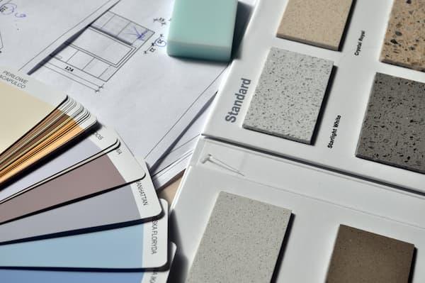 Los abanicos de colores son esenciales para seleccionar el color correcto - Pexels