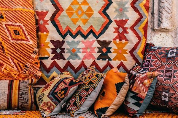 Las alfombras y tapicerías existentes pueden inspirar la paleta de colores - Pexels