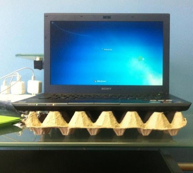 Soporte para PC con cartón de huevos, de buzzfeed.co