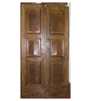 Antica porta a due battenti con decorazione a cassettoni, by Simone Marro