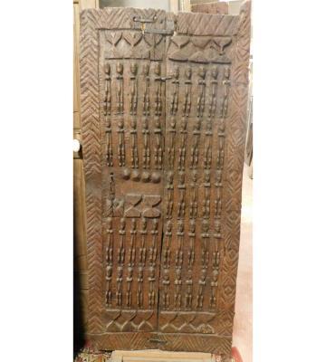 Antica porta africana con figure scolpite, by Simone Marro