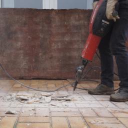 Demolizione pavimentazione esistente con produzione di materiale di risulta da smaltire