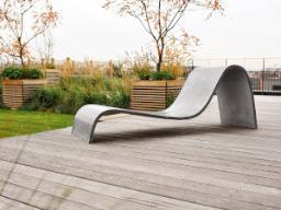 Una seduta esterna realizzata con spessori sottili e forme sinuose Zephir Design Gravelli