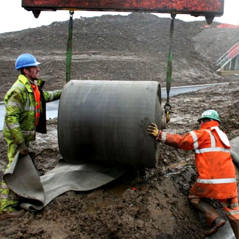 L'estrema facilità di lavorazione dei tessuti in cemento fornito in rotoli