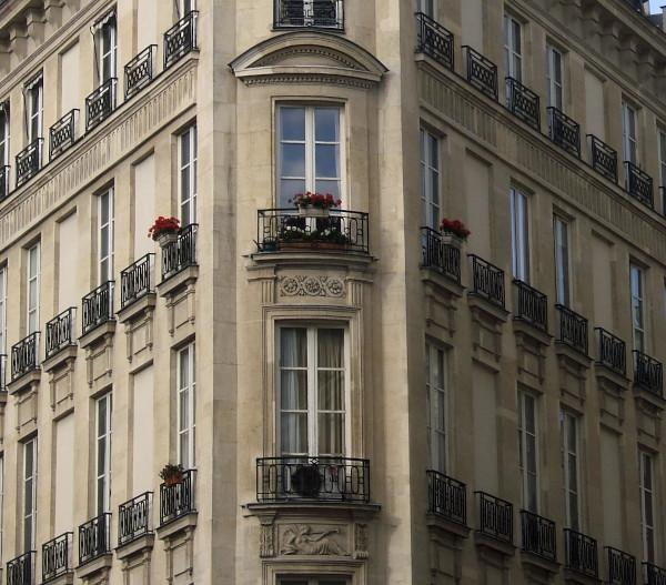 External fixtures of historic buildings equipped with large mirrored fixtures to be replaced