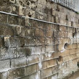 Effetti dell'umidità di risalità su muratura in tufo