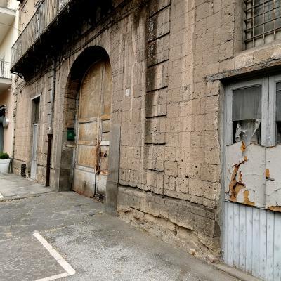 Edificio in muratura di tufo