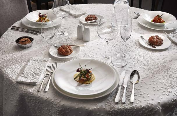 Tavolo apparecchiato con set di posate di AFcoltellerie