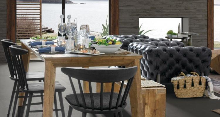 Tavola apparecchiata con sedie differenti - foto dal blog Dialma Brown
