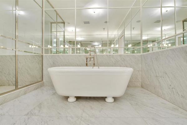 Anche in bagno questo materiale dona eleganza e lusso - Foto Marmidicarrara