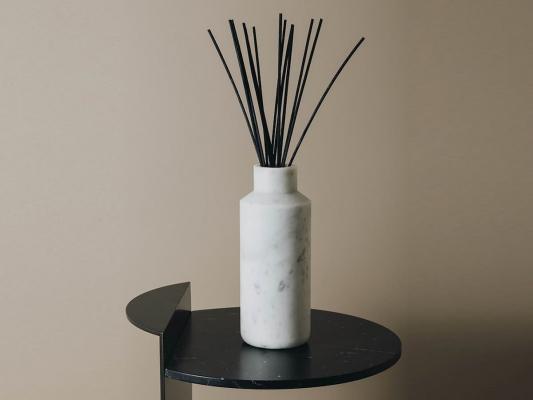 Un vaso in marmo di Carrara da Maami Home