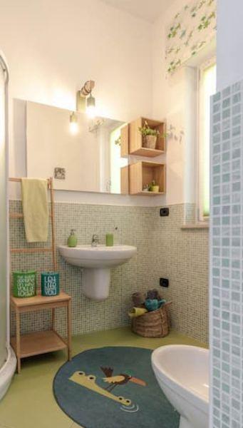 Baño pequeño con espejo grande - proyecto de Caterina Scamardella Architetto