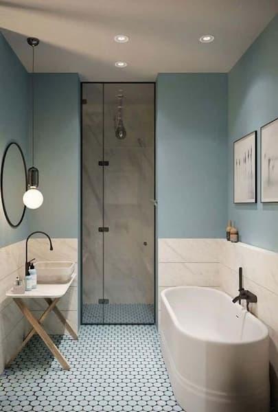 Pinturas adornan las paredes de un baño - Pinterest