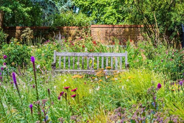 Una panchina nel meadow garden, da modernfarmer.com
