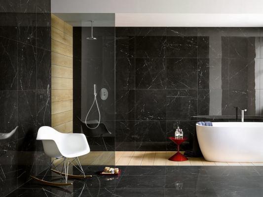 Gres effetto marmo nero nel bagno Iperceramica