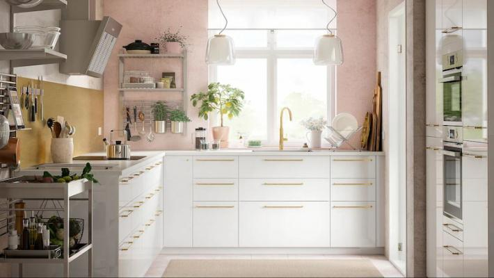 Cucina Ikea con parete rosa