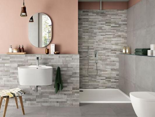 Bagno con parete rosa e piastrelle Iperceramica