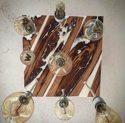 Lampadario in legno di castagno e resina bianca di Wanos