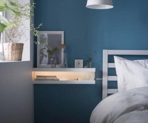 Comodino sospeso realizzato con due mensole Ikea e una luce a LED