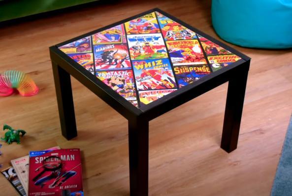 Tavolino Ikea decorato con fumetti