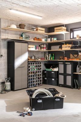 L'armadio Elegance in un garage