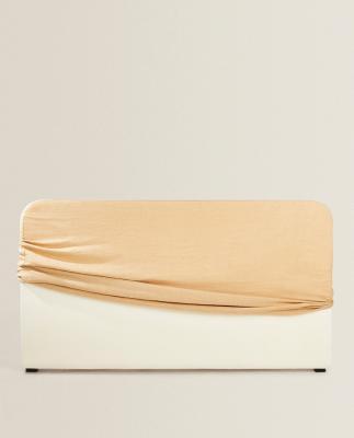 Testiera letto in legno e tessuto color sabbia - Foto: Zara Home