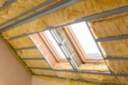 Isolamento interno tetto a falde con materiale in lana di vetro non infiammabile