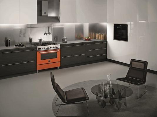 Cucina freestanding arancione, modello Bertazzoni