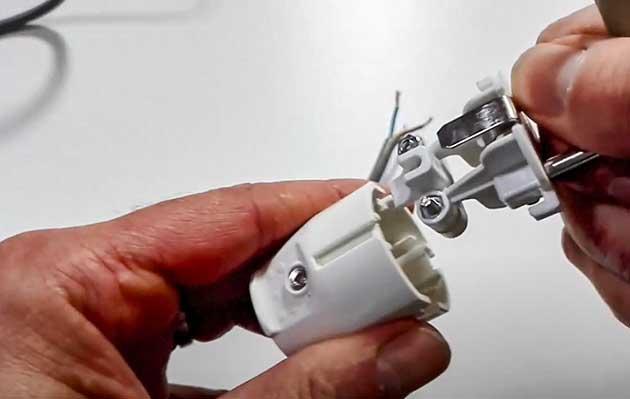 Demontagephase des Siemens-Steckers.  Foto vom Youtube-Kanal GreenLife