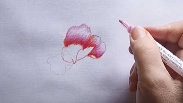 Realización de una flor con pocos pétalos con rotuladores