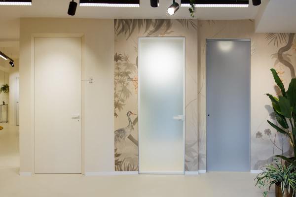 Showroom Eclisse a Napoli: syntesis vetro, battente e scorrevole