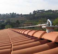 La sicurezza che rispetta l'estetica:Un particolare di dispositivo collegato al colmo del tetto