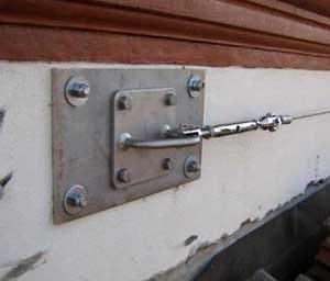 La sicurezza che rispetta l'estetica: particolare di una piastra di ancoraggio