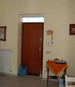 Una porta trasformata in armadio: l'ingresso secondario