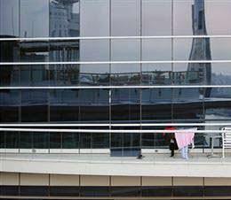Un intervento migliorativo delle facciate continue in vetro: un edificio con vetrata esterna