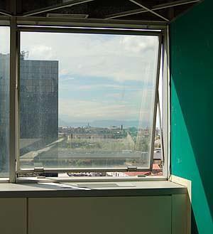 Un intervento migliorativo delle facciate continue in vetro: un pannello a vetri di vecchia concezione