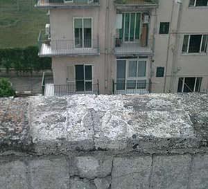 L'importanza della manutenzione negli edifici: il parapettodegradato