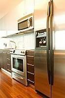 Cucina da appoggio inserita in una composizione moderna.