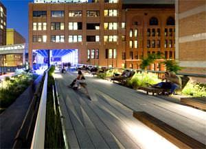 Immagine notturna del parco pubblico della High Line ( image source: www.dsrny.com )