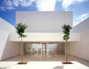 Casa Guerrero: vista del soggiorno dal patio d'ingresso (  immagine tratta dal sito www.campobaeza.com )