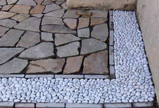 La casa mediterranea: Porfido-ciottoli e marmo di Pietre e Sassi