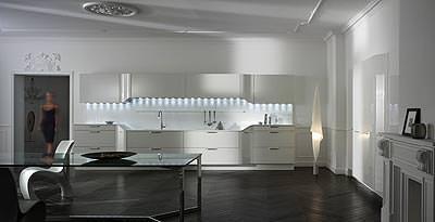 Cucina bianca ed essenziale